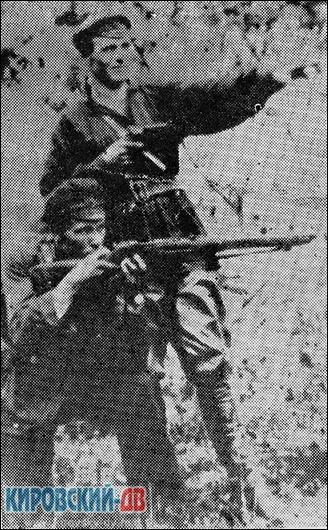 Партизан Свиягино-Лутковского отряда Антон Горевой (стоит с револьвером).